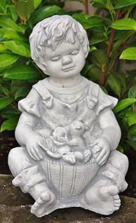 Steinfigur Junge mit Eichhörnchen, Kinderfigur aus Steinguss