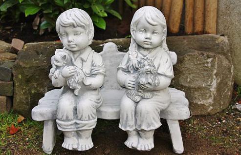 Kinderpärchen auf Bank frostfest für den Garten