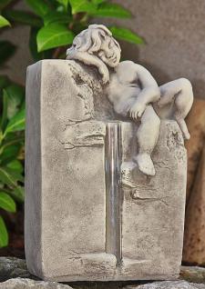 Steinfigur Engel auf Stein, Skulptur aus Steinguss, Putte, Cherub