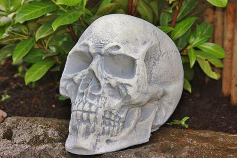 Steinfigur Totenkopf, Schädel aus Steinguss