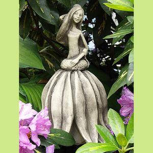 Steinfigur Blütentänzer Sonnenhut, Figur aus Steinguss