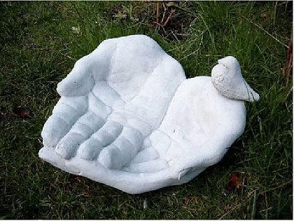 Steinfigur Vogeltränke Motiv Hand mit Vogel