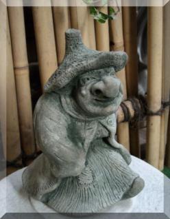 Steinfigur Hexe mit Tasche, Skulptur aus Steinguss