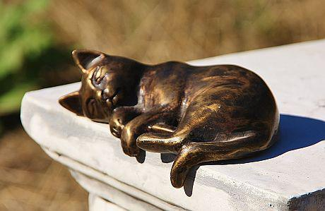 bronzefigur katze liegend tierfigur aus bronze katzen bronzekatze kaufen bei steinfiguren horn. Black Bedroom Furniture Sets. Home Design Ideas