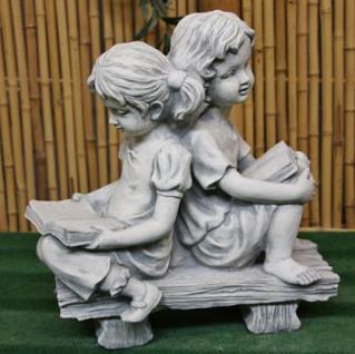 Steinfigur Zwei Mädchen auf Bank, Gartenfigur aus Steinguss