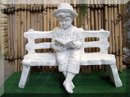 Steinfigur Junge mit Buch auf Bank aus Steinguss