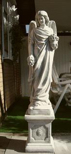 Steinfigur Engel, auf Sockel stehend, Figur aus Steinguss