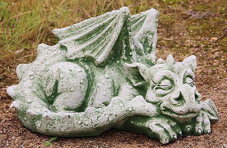 Steinfigur großer schlafender Drache, Fantasyfigur aus Steinguss