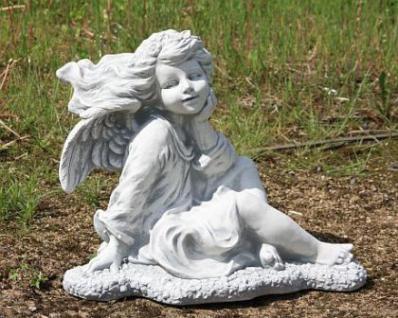 Steinfigur Engel mit Blumen im Haar, Engelsfigur aus Steinguss