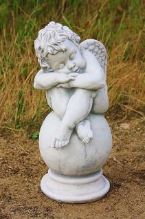 Steinfigur Engel auf Kugel, Figur aus Steinguss, Putte Cherub Himmelsbote