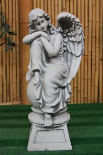 Steinfigur Engel auf Kugel, sitzender Engel, Skulptur aus Steinguss