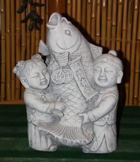 Steinfigur Kinder mit Koi, Figur aus Steinguss