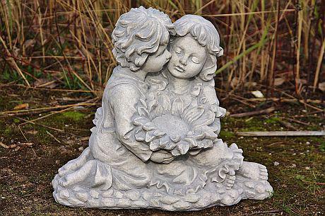 Steinfigur Blumenkinder, Figur aus Steinguss