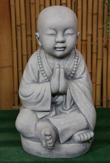 Steinfigur Sitzender Mönch, Handhaltung: Begrüssung, Figur aus Steinguss