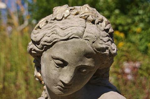Steinfigur Büste Kate, Skulptur aus Steinguss, patiniert