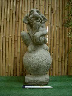 Steinfigur Troll auf Kugel sitzend, Figur aus Steinguss