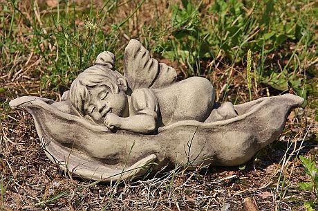 Steinfigur Däumelinchen in Erbsenschote, Figur aus Steinguss, Steinfigur
