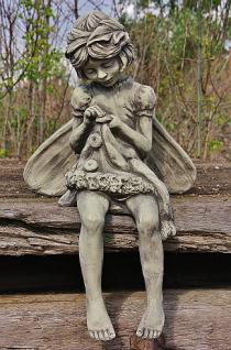 """Steinfigur Sitzende Blumenfee """" Rainfarm """", Elfe aus Steinguss, Fantasyfigur, Mauerhocker, Kantenhocker für Haus & Garten"""
