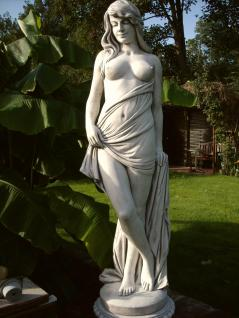 Steinfiguren Frau Frauen Skulptur aus Steinguss Winterfest