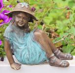 Bronzefigur Mädchen mit Hut, Figur aus Bronze