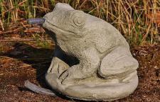 Steinfigur Kröte, Frosch aus Steinguss, Wasserspeier für Garten & Teich