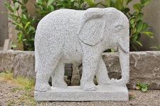 Steinfigur Elefant aus grauem Granit, mit Stoßzähnen handarbeit, Tierfigur für den Garten