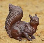 Bronzefigur Eichhörnchen, Baumkater aus Bronze, Tierfigur