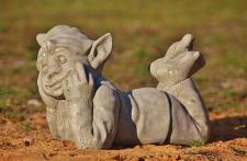 Steinfigur liegender Wichtel, Skulptur aus Steinguss, Fantasyfigur