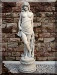 Steinfigur Skulptur Frau auf Sockel groß Frostfest