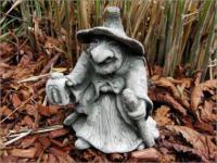 Steinfiguren Hexe mit Laterne, Figur aus Steinguss, patiniert