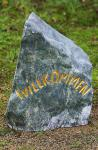 Steinfigur Willkommensstein, Naturstein aus Marmor, mit goldenem Willkommen Schriftzug