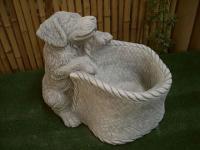 Steinfigur Hund mit Korb aus Steinguss Hunde