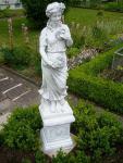 Steinfigur Jahreszeit Frühling auf Sockel, Skulptur aus Steinguss, Zwei (2) Teile
