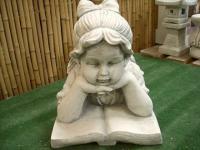 Steinfigur Mädchen mit Buch, liegend, aus Steinguss