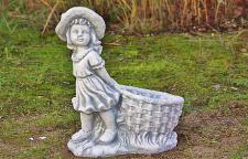 Steinfigur Mädchen mit Pflanzkorb, bepflanzbar, Figur aus Steinguss