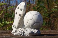 Steinfigur Fussball und Schuh, Fußball, Figur aus Steinguss