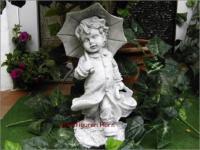 Steinfigur Junge mit Regenschirm aus Steinguss