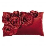 Kissenhülle Samt 30x50cm von PAD in in einem satten kräftigen Rot mit Rosen-Applikationen