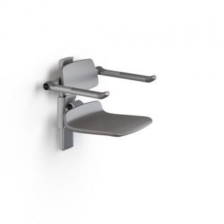 Pressalit Duschstuhl mit hellgrauer Abdeckplatte, mit Rücken- und Armlehnen