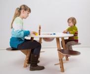 Standfester und ergonomischer Kinderspieltisch aus Holz mit HPL-Beschichtung