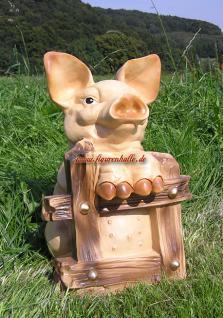Lustiges Schwein an Gartenzaun als Dekofigur und Statue
