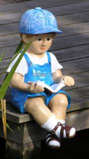Junge sitzend mit Latzhose und Mütze als Figur für Ihren Garten