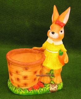 Osterhase mit Eier Korb als Statue oder Figur
