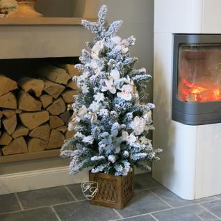 Winter Weihnachtsbaum beleuchtet und geschmückt mit Kunstblumen