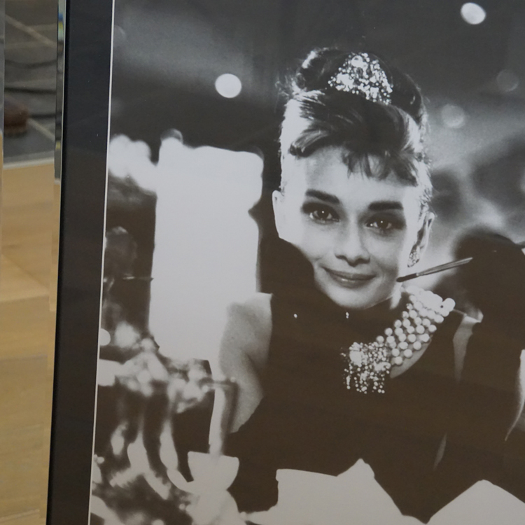 wandbild spiegelrahmen fr hst ck bei tiffany wandbild audrey hepburn mit rahmen kaufen bei. Black Bedroom Furniture Sets. Home Design Ideas