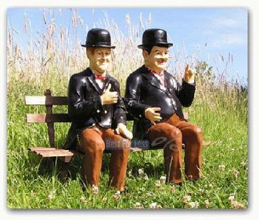 Dick und Doof auf einer Bank als Gartendekoration - Vorschau 1