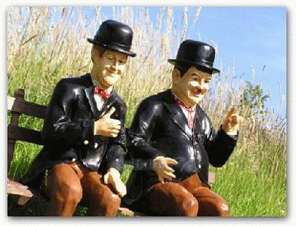 Dick und Doof auf einer Bank als Gartendekoration - Vorschau 2