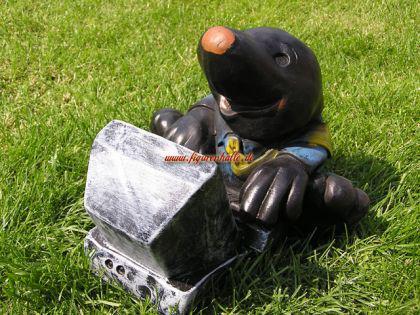 Maulwurf mit Computer als Gartenfigur oder Figur