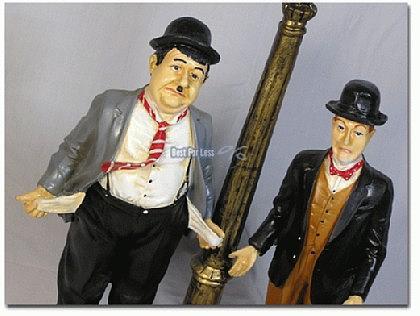 Dick und Doof an Laterne - Figur Stan und Ollie - Vorschau 2