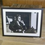 Wandbild John F. Kennedy im Schaukelstuhl Kunstdruck Rahmen schwarz